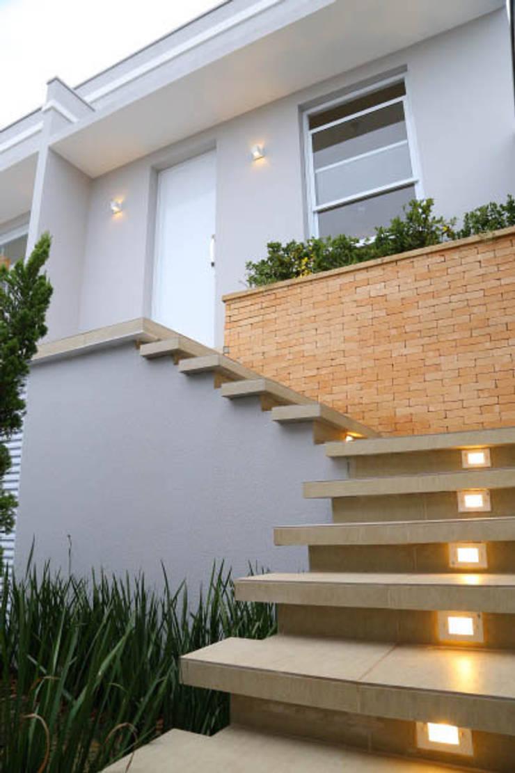 Casa nova, bairro antigo: Casas  por Fernanda Chiebao- ARCHI