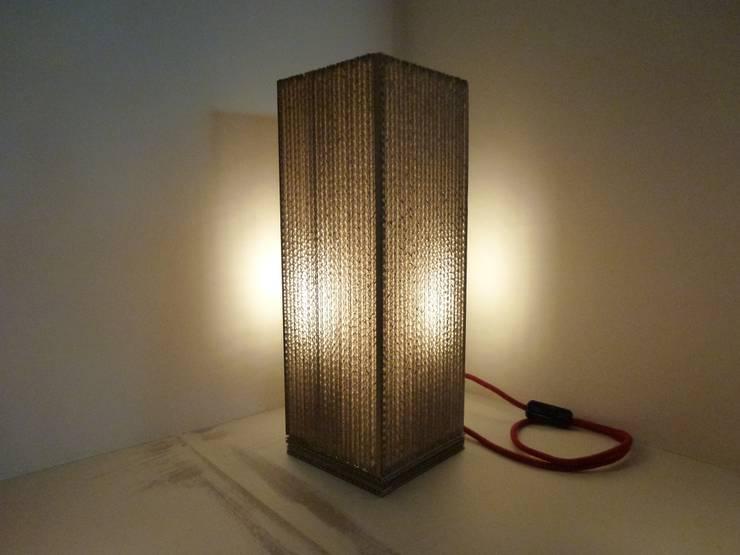 Cardboard light: Maison de style  par Wax Design