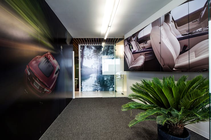 Corporativo Land Rover - Jaguar: Oficinas y tiendas de estilo  por Serrano Monjaraz Arquitectos