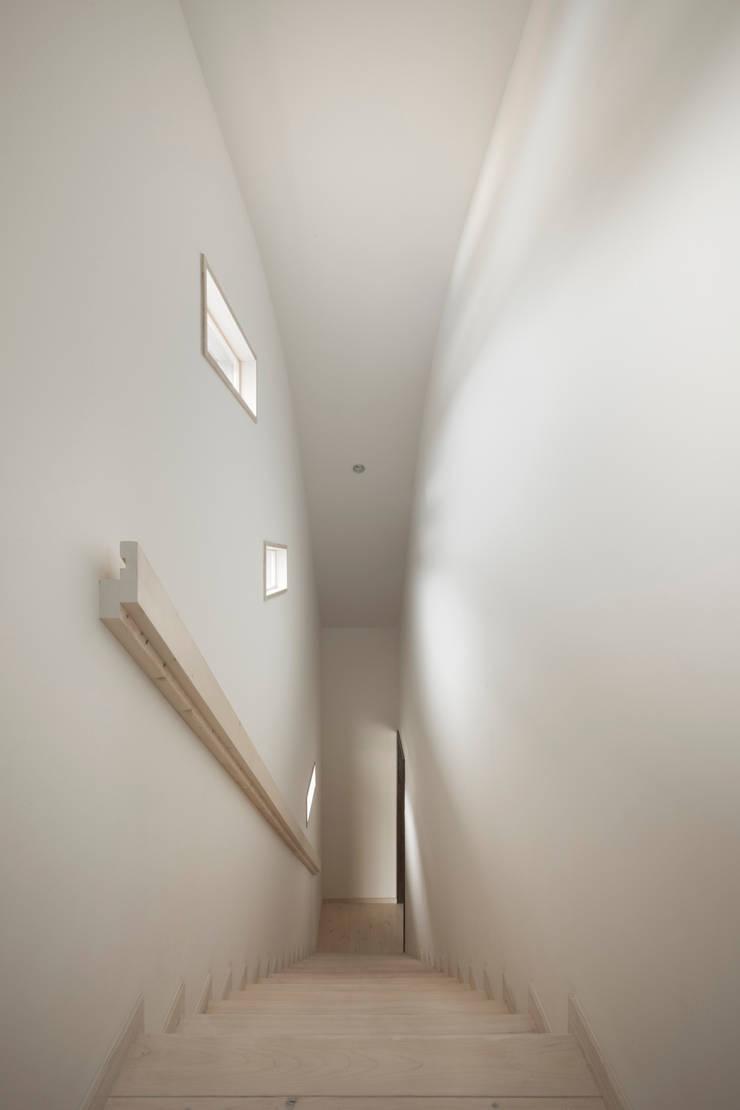 D-house 階段室: Ground Design Co,. Ltd.が手掛けた廊下 & 玄関です。