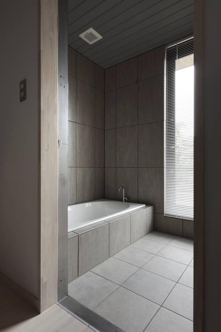 D-house bathroom: Ground Design Co,. Ltd.が手掛けた浴室です。