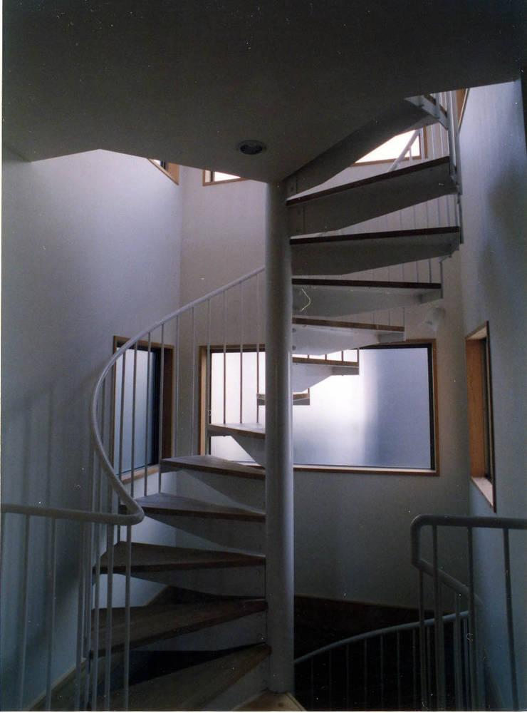 地下から2Fまでをつなぐ螺旋階段: フォーチュン建築設計株式会社が手掛けた廊下 & 玄関です。