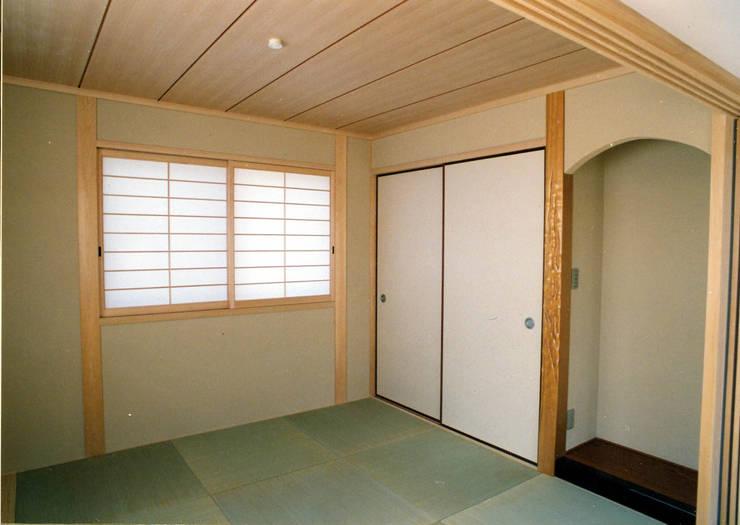 LDKに続く和室: フォーチュン建築設計株式会社が手掛けた和室です。
