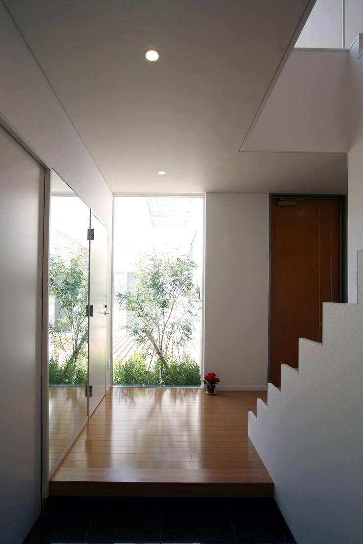 玄関: 株式会社 U建築研究所が手掛けた廊下 & 玄関です。