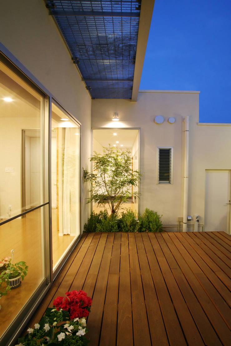 中庭のデッキ: 株式会社 U建築研究所が手掛けた庭です。