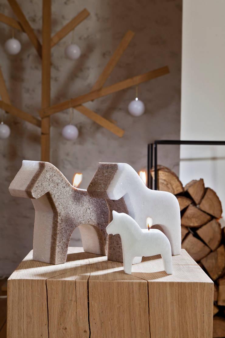 Bougie déco de Noël cheval scandinave: Salon de style  par Bougies la Française