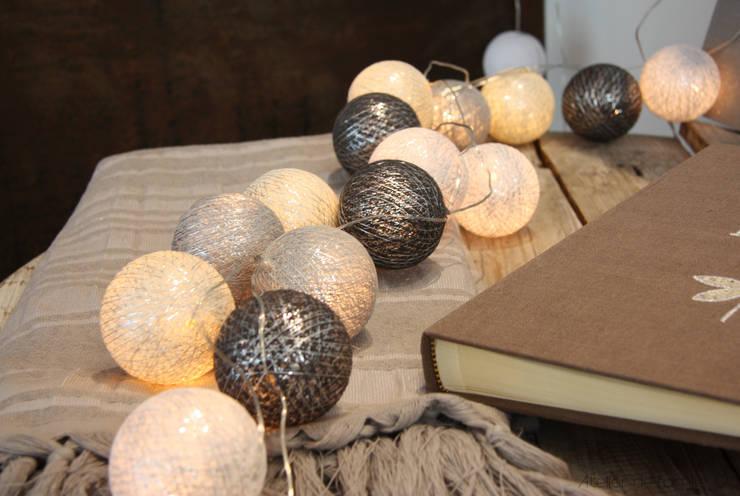 Guirlande irisée blanche en coffret cadeau:  de style  par Atelier de Famille
