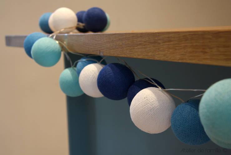 Guirlande lumineuse dégradé de bleus en coffret cadeau:  de style  par Atelier de Famille