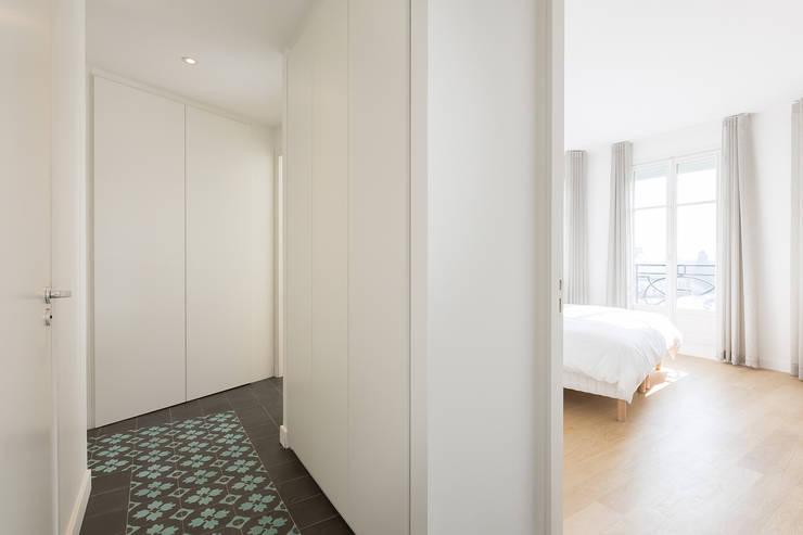 APPARTEMENT AVEC VUE: Couloir et hall d'entrée de style  par Agence Manuel MARTINEZ