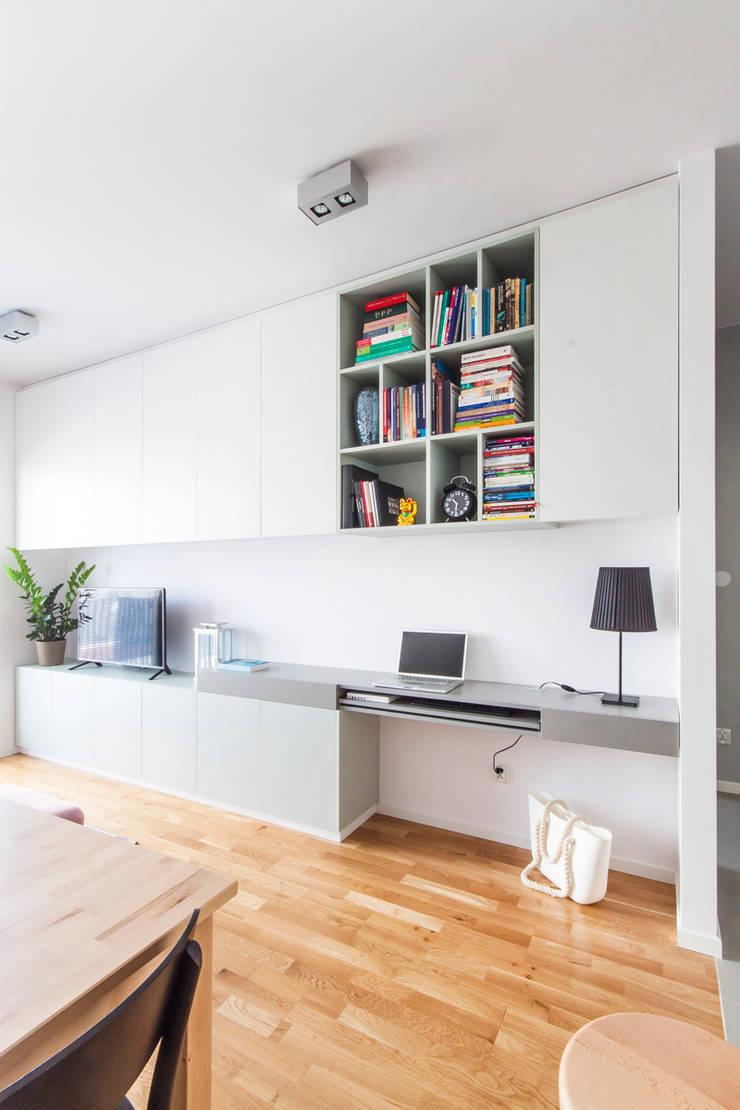 Zabudowa meblowa w salonie.: styl , w kategorii Pokój multimedialny zaprojektowany przez MEEKO Architekci