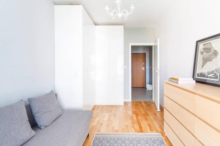 Sypialnia z narożną szafą.: styl , w kategorii Sypialnia zaprojektowany przez MEEKO Architekci