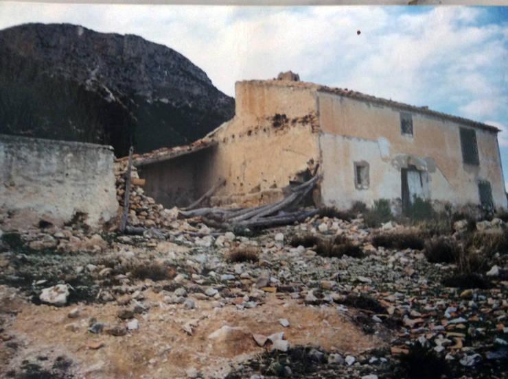 Rehabilitación de un cortijo, antes y despues.:  de estilo  de Anticuable.com
