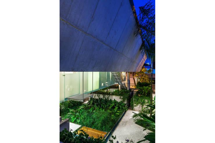 CASA DE FIM DE SEMANA EM SÃO PAULO: Casas  por spbr arquitetos
