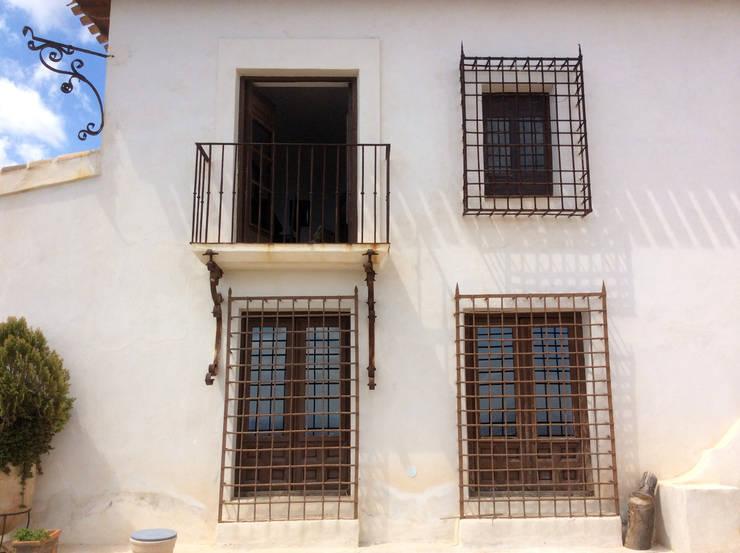 Detalles balcones y rejas antiguas.:  de estilo  de Anticuable.com