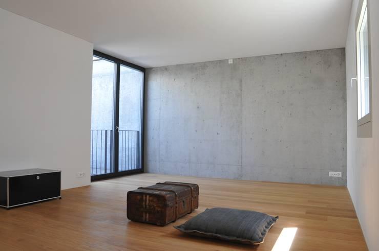 schlafen : moderne Schlafzimmer von raum.werk.plus. architektur + raumdesign