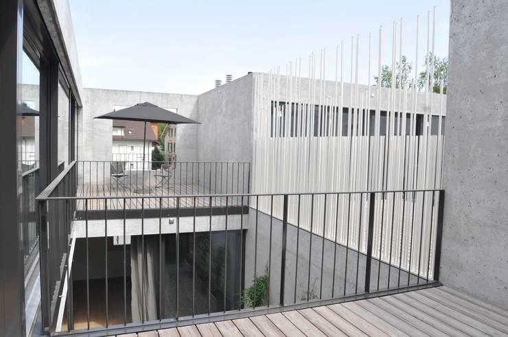 terrasse auf im dachgeschoss :  Terrasse von raum.werk.plus. architektur + raumdesign