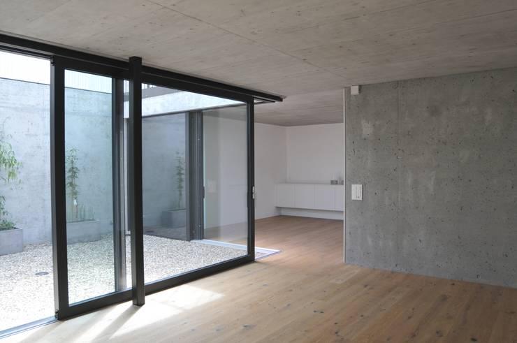 essen küche: moderne Küche von raum.werk.plus. architektur + raumdesign