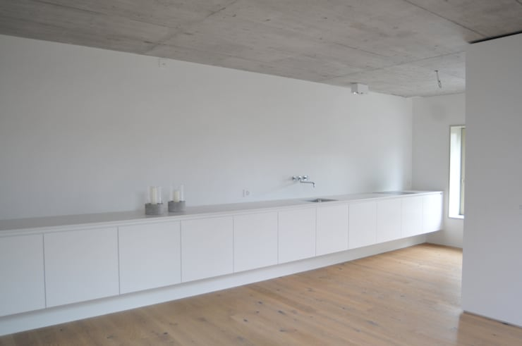 küche: moderne Küche von raum.werk.plus. architektur + raumdesign