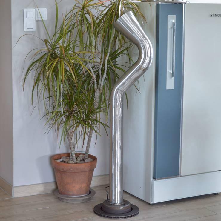 Lampe Totem Cor: Salon de style  par Pierre Sans Paul