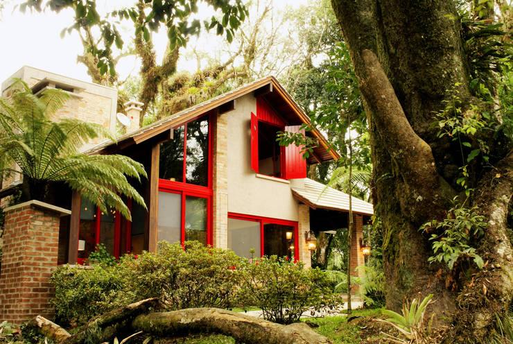 Casa na Serra: Gramado: Salas de estar  por Karin Moraes