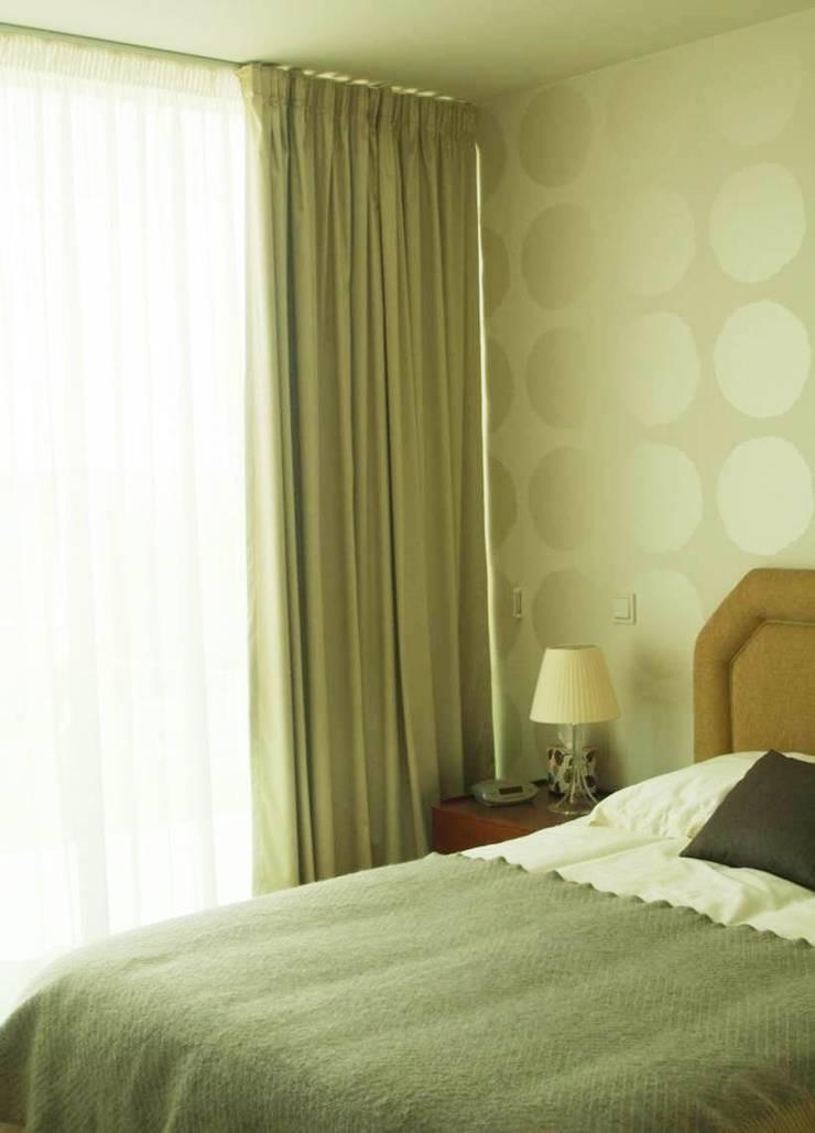 QUARTO - ALFRAGIDE: Quartos  por Stoc Casa Interiores