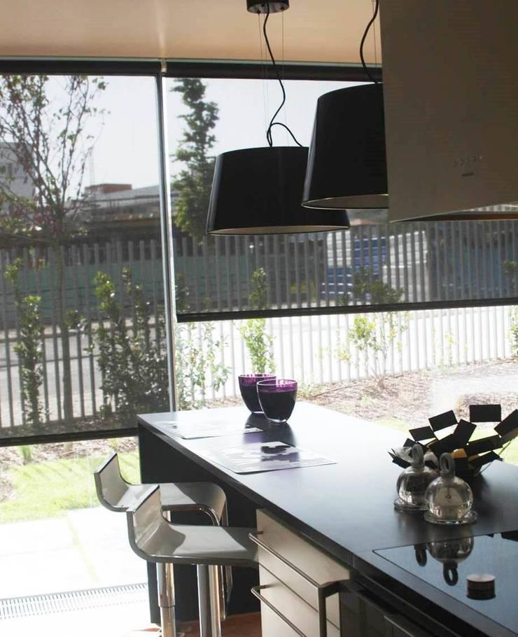 COZINHA - ALFRAGIDE: Cozinhas  por Stoc Casa Interiores