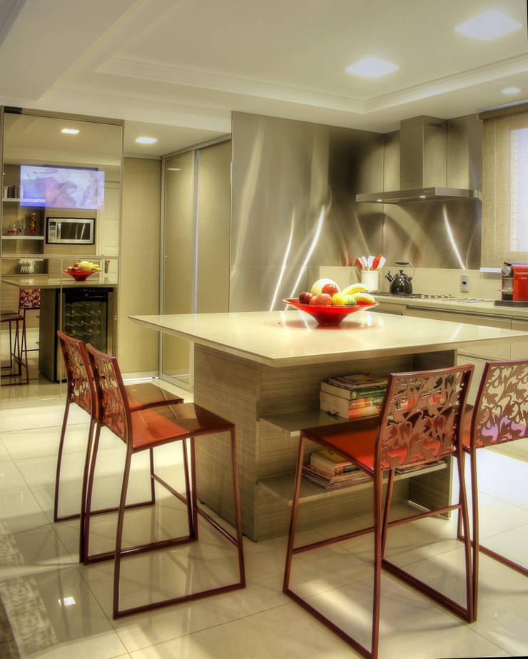 Apartamento Mont Serrat – Porto Alegre: Salas de jantar  por Karin Moraes ,
