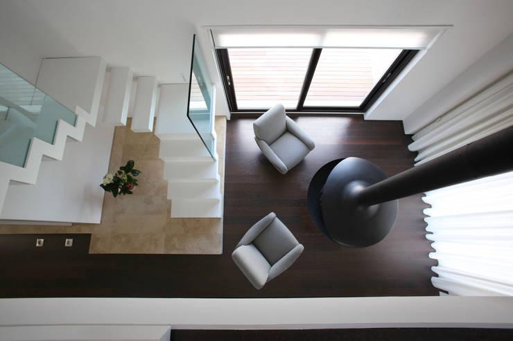 Multilivel House: Casa in stile  di Sammarro Architecture Studio