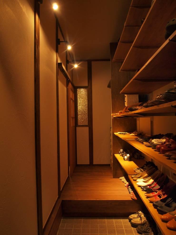 玄関: SKY Lab 関谷建築研究所が手掛けたクラシックです。,クラシック