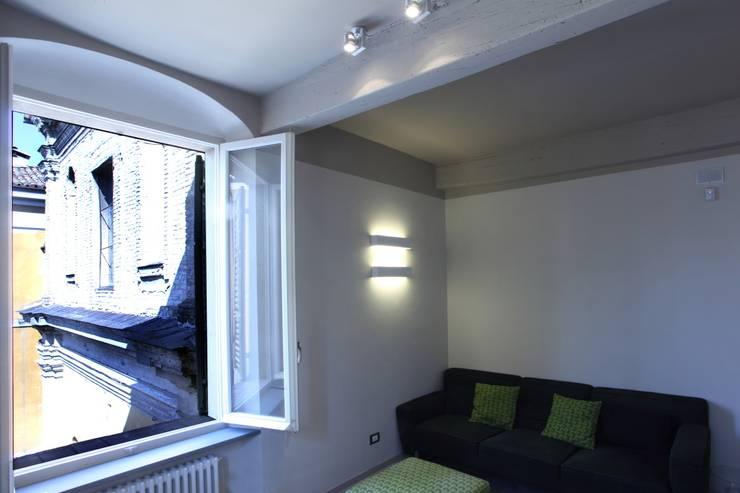 Design e tradizione: ristrutturazione e interior design di un'abitazione in un palazzo storico a Parma, Italia: Case in stile  di Studio BFG