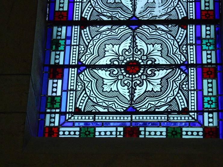 Restauration de vitraux:  de style  par Atelier VFP