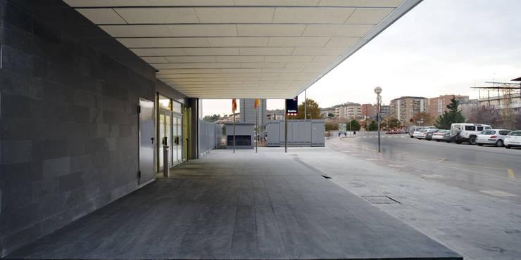 Comisaría de los Mossos d'Esquadra: Oficinas y tiendas de estilo  de Jordi Farrando arquitecte