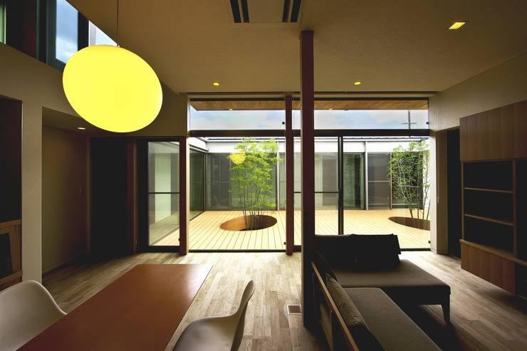 中庭を回遊する家: 長坂篤建築研究所が手掛けたリビングです。,モダン