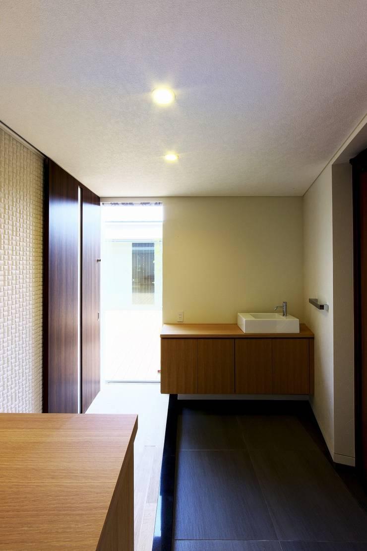 中庭を回遊する家: 長坂篤建築研究所が手掛けた窓です。,モダン
