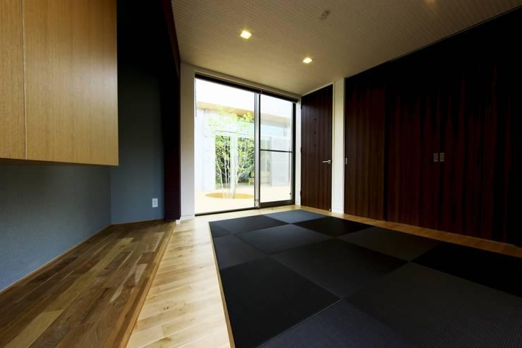 中庭を回遊する家: 長坂篤建築研究所が手掛けた和室です。,モダン
