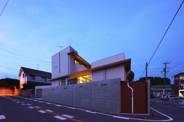 中庭を回遊する家: 長坂篤建築研究所が手掛けた家です。,モダン