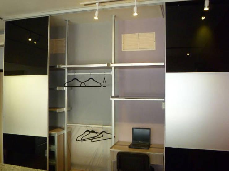 Vestidor con postes de aluminio: Vestidores y closets de estilo  por fabrè