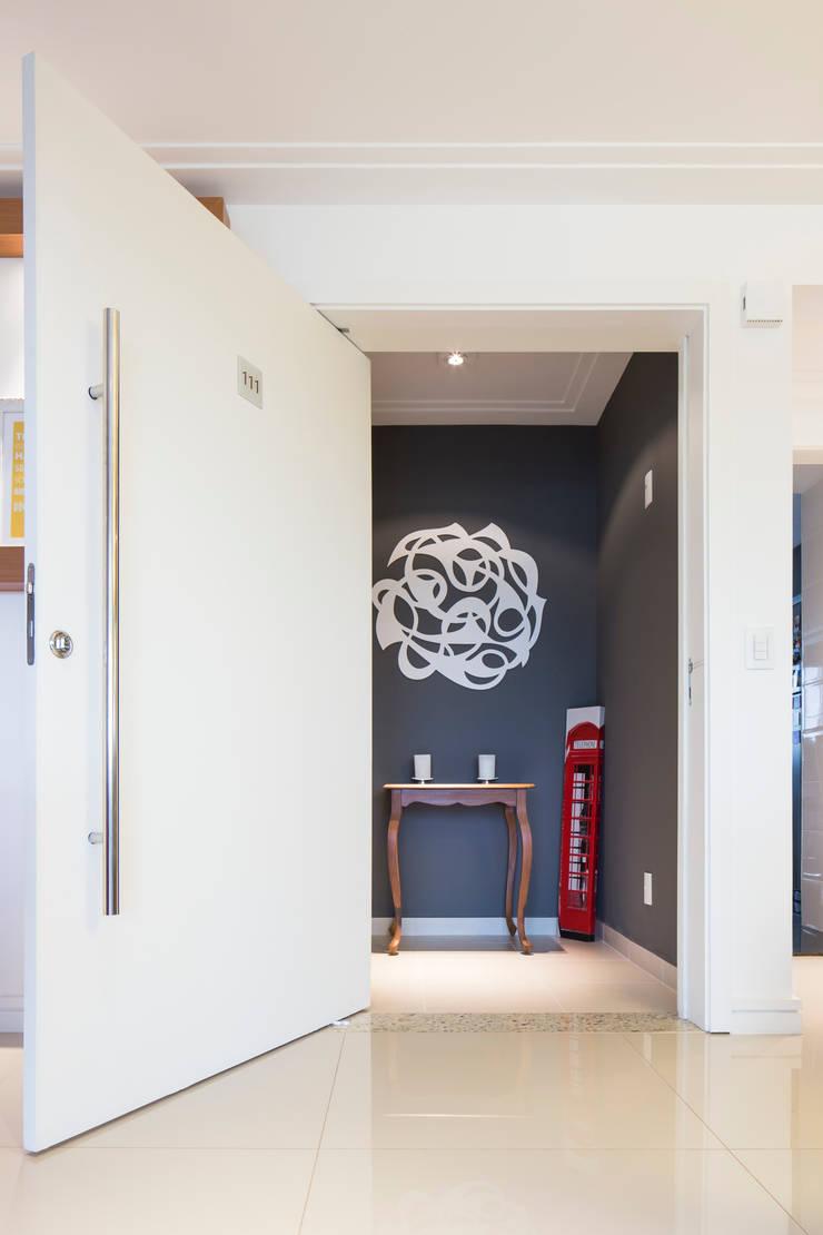 Hall de entrada: Salas de estar  por ArkDek