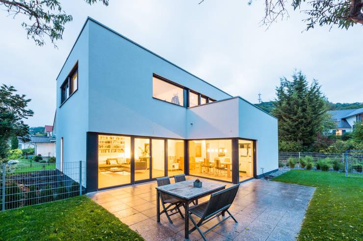 Balanced House - Einfamilienwohnhaus in Weinheim:  Terrasse von Helwig Haus und Raum Planungs GmbH