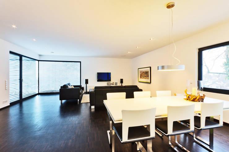 Haus Z - Einfamilienwohnhaus in Seeheim:  Wohnzimmer von Helwig Haus und Raum Planungs GmbH