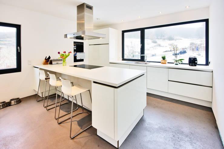 Haus Z - Einfamilienwohnhaus in Seeheim:  Küche von Helwig Haus und Raum Planungs GmbH