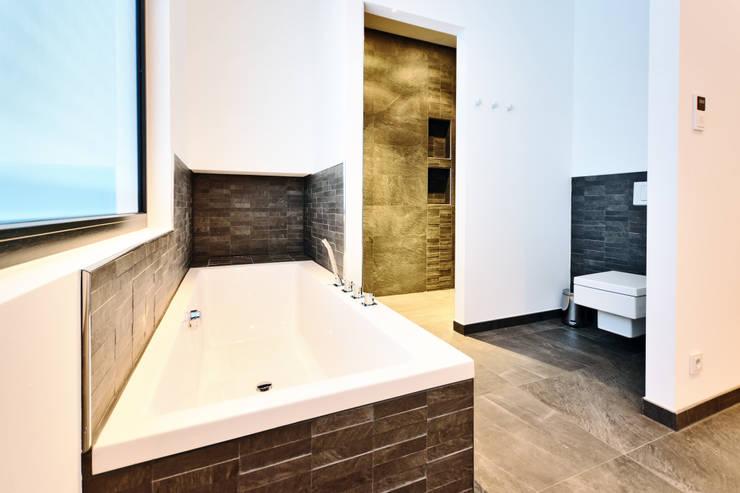 Bathroom by Helwig Haus und Raum Planungs GmbH