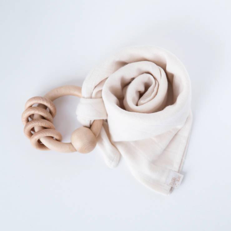 Doudou lange écru + hochet bois: Chambre d'enfants de style  par Poudre Organic