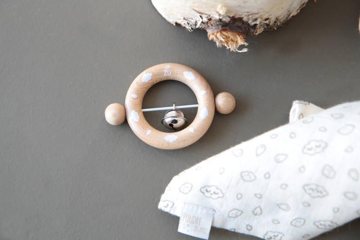 Hochet en bois motifs nuages et gouttes par Zü pour Poudre Organic: Chambre d'enfants de style  par Poudre Organic