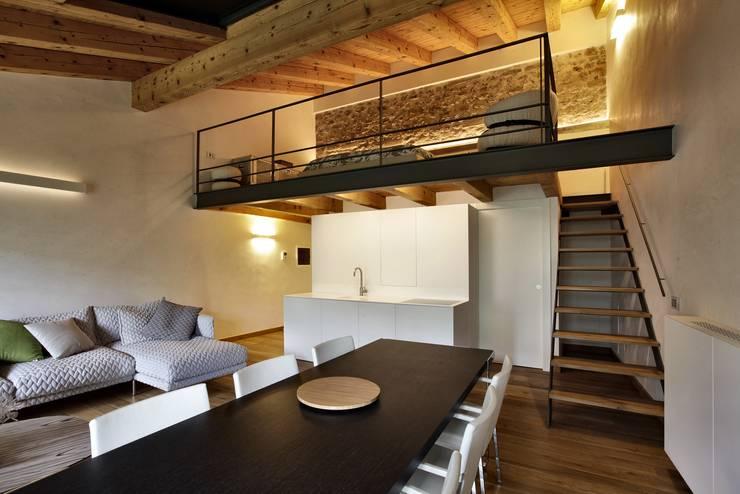CASTELLO CECONI - INTERNI: Sala da pranzo in stile in stile Moderno di Elia Falaschi Photographer