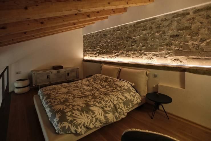 CASTELLO CECONI - INTERNI: Camera da letto in stile in stile Moderno di Elia Falaschi Photographer