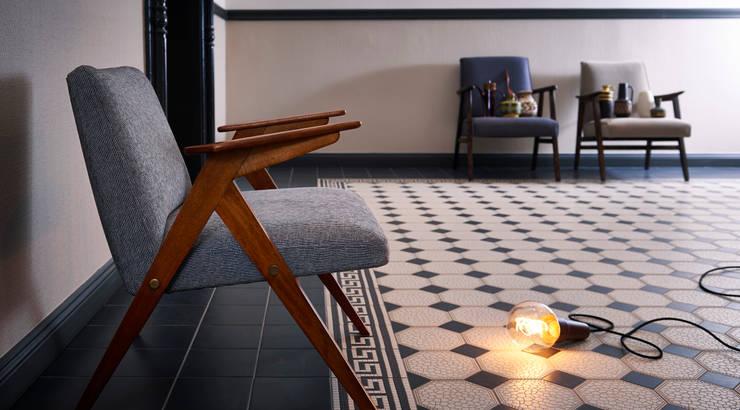 Seltener Sessel 60er Jahre: moderne Wohnzimmer von POLITURA Polsterei & Design
