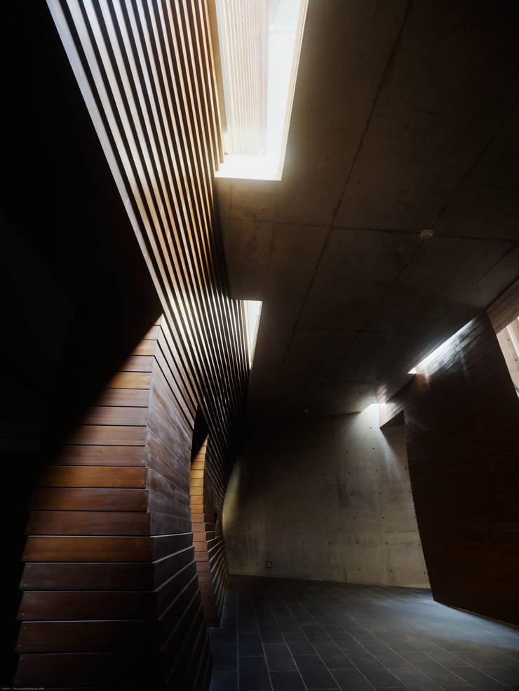 Projekty,  Przestrzenie biurowe i magazynowe zaprojektowane przez タカトタマガミデザイン/TAKATOTAMAGAMI ARCHITECTURAL DESIGN, Nowoczesny