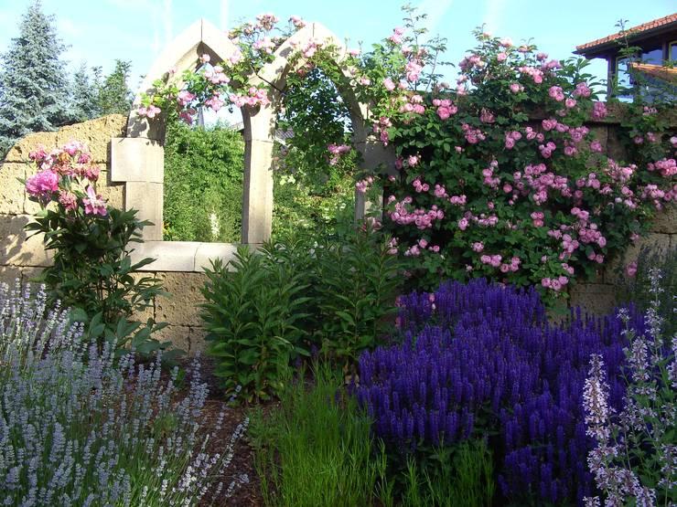 Gotisches Fenster in einer Tuffmauer.:  Garten von Gärten für Auge und Seele