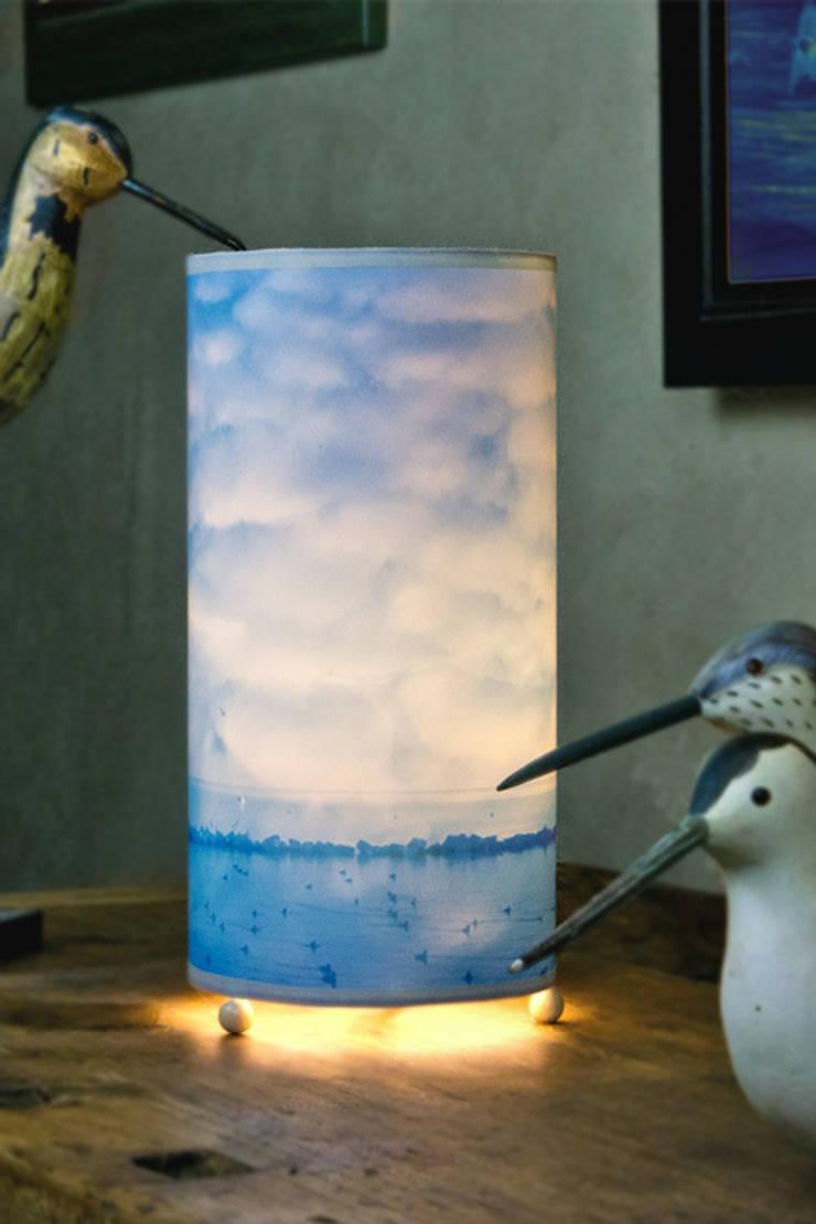 Souma lampe: Maison de style  par Velvet Prairie